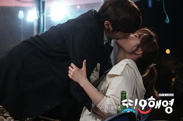 Nhắc đến những drama Hàn có cảnh hôn nổi tiếng, không thể không kể đến Another Oh Hae Young. Bộ phim này đã khiến Seo Hyun Jin vào tâm điểm chú ý với cảnh hôn đầy táo bạo cùng Eric Mun. Còn Eric Mun thì đã chứng minh được năng lực đóng cảnh hôn của mình từ hồi  Que Sera Sera.
