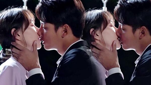 Điểm cộng của Yoon Shi Yoon chính là những nụ hôn đẹp nhất trên màn ảnh. Như trongFlower, I Am! đóng cùng Lee Ji Ah, dù bộ phim này không có rating tốtnhững cảnh hôn của hai người lại được khán giả nhắc đến nhiều. Trong bộ phim mới nhất của Yoon Shi Yoon làYour Honor, anh cũng đã phô diễn hết kỹ năng đóng cảnh hôn trên màn ảnh với Lee Yoo Young trong một cảnh hôn dịu dàng và ngọt ngào.
