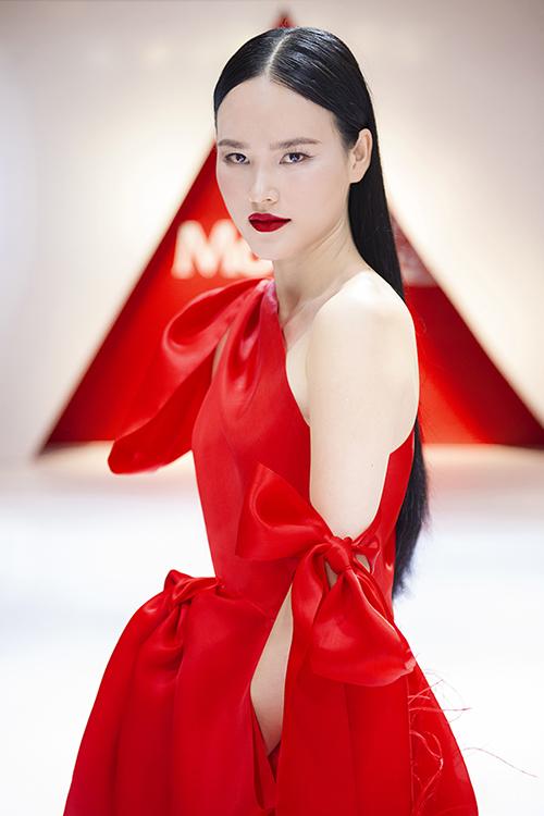 Á quân Vietnam's Next Top Model 2010 đã lựa chọn bộ đầm có thiết kế lệch vai tông màu đỏ bắt mắt, với chất liệu chính là organza và lông vũ. Được biết, bộ cánh quyền lực này do nhà thiết kế Trần Hùng thiết kế riêng cho Tuyết Lan tại sự kiện. Theo Tuyết Lan chia sẻ, chiếc váy này được nhà thiết kế Trần Hùng và ekip mất hơn 1 tuần để đính kết khâu tay từng chi tiết nhỏ trên trang phục.