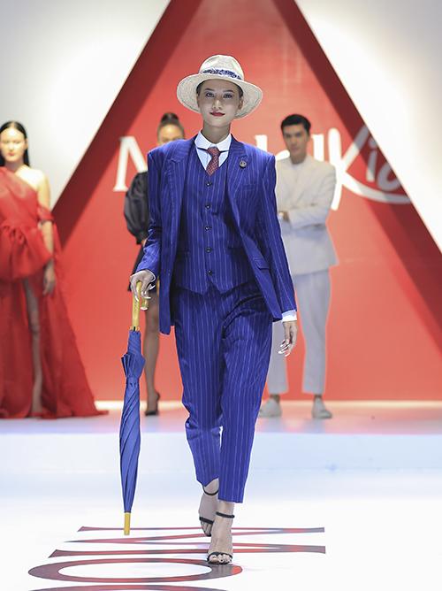 Khác với những lần xuất hiện trước, lần này Hương Ly không chọn phong cách bánh bèo mà đầy mới lạ với bộ suit menswear. Cô sải những bước catwalk thị phạm cho các em nhỏ.
