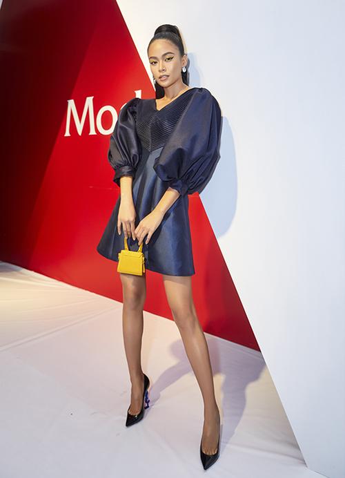 Á hậu Hoàn vũ Việt Nam 2017 Mâu Thủy cũng góp mặt trong vai trò huấn luyện viên. Cô cũng đầu tư trang phục chỉn chu với chiếc váy tay bồng, kết hợp giày cao gót YSL và túi tí hon của Jacquemus giá 13 triệu đồng.