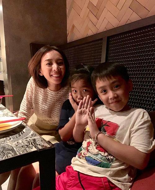 Tranh thủ thời gian nghỉ lễ, Thu Trang đưa các con đi ăn.