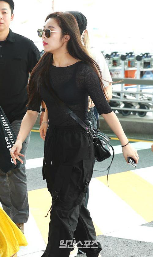 Jang Won Young lộ eo kém thon, Hwasa sexy hết ở sân bay - 7