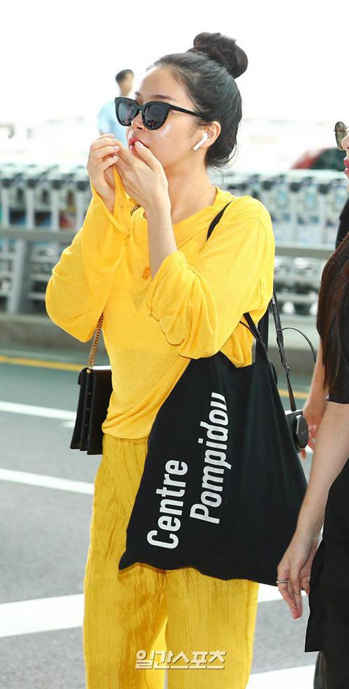 Jang Won Young lộ eo kém thon, Hwasa sexy hết ở sân bay - 6