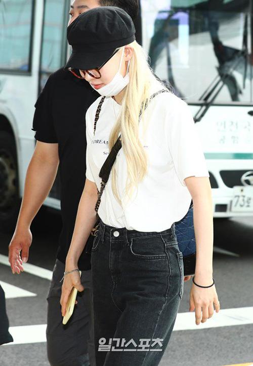Jang Won Young lộ eo kém thon, Hwasa sexy hết ở sân bay - 5