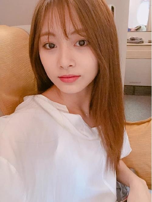 Vào 13/6, Tzuyu cũng khiến cộng đồng ONCE náo loạn với style tóc mới. Đây là lần đầu tiên nữ idol cắt tóc mái từ khi debut.