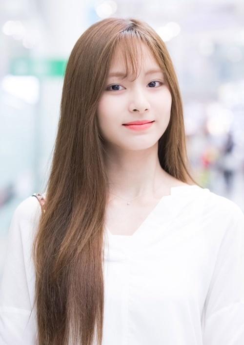 Có nhiều ý kiến cho rằng Tzuyu nhìn giống Kim Min Joo (IZONE) sau khi cắt tóc mái.