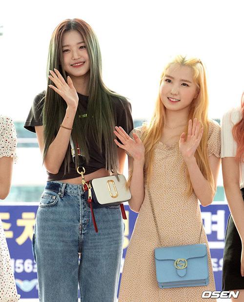 Jang Won Young lộ eo kém thon, Hwasa sexy hết ở sân bay - 4