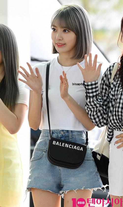 Jang Won Young lộ eo kém thon, Hwasa sexy hết ở sân bay - 3