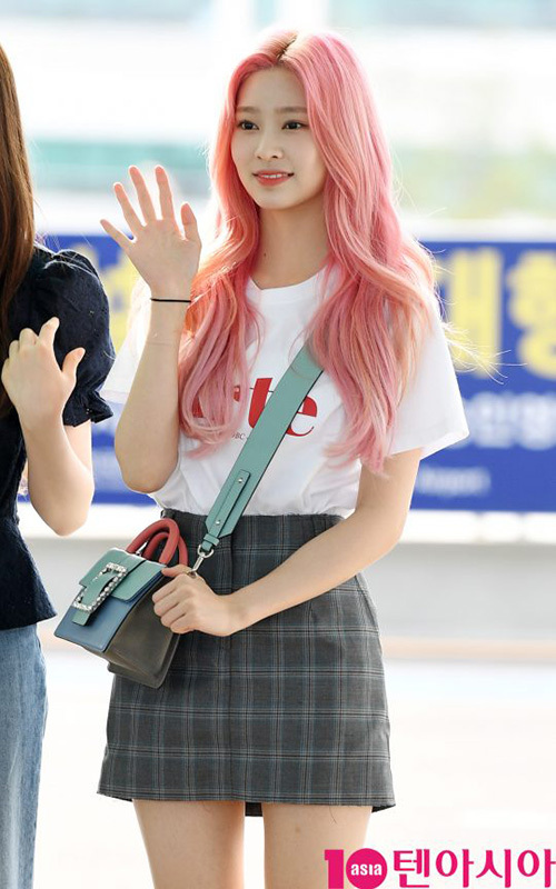 Jang Won Young lộ eo kém thon, Hwasa sexy hết ở sân bay - 2