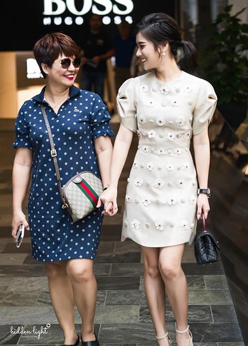 Hoàng Yến Chibi sành điệu cùng mẹ xuống phố mua sắm.