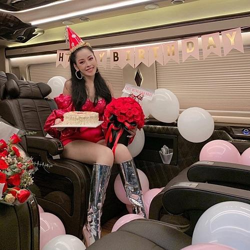 Chi Pu được tổ chức sinh nhật sớm ngay trên ô tô. Chiếc xế hộp to như ngôi nhà này là món quà Chi Pu tự thưởng mình cách đây không lâu.