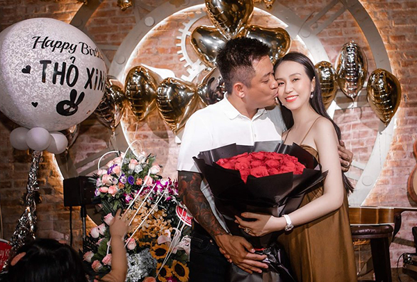 Tuấn Hưng tổ chức sinh nhật hoành tráng cho bà xã và tình tứ hôn vợ.