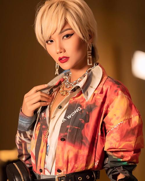 Những món trang sức nổi bật đang là xu hướng phụ kiện của dịp hè năm nay. Vì thế, không chỉ riêng Jennie (Black Pink) thường xuyên lăng xê item khuyên tai lấp lánh từ nhà mốt Pháp mà loạt sao nữ V-biz cũng nhanh chóng bắt trend. Mái tóc tém vàng sáng kết hợp cùng đôi khuyên tai Chanel sang chảnh giúp H'hen Niê toát lên vẻ cool ngầu. Hoa hậu Hoàn vũ Việt Nam 2017 đang cho thấy phong cách ăn diện ngày càng