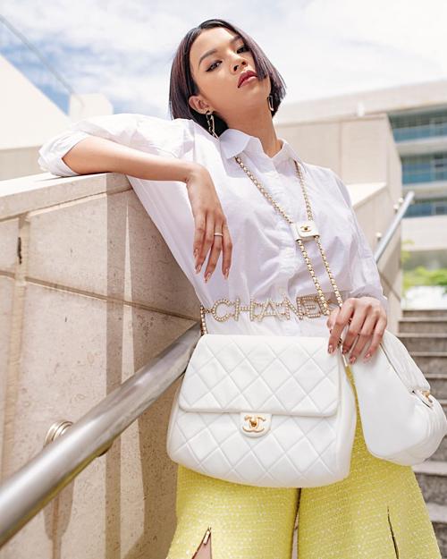 Diện túi song sinh, đeo dây lưng của Chanel, Phí Phương Anh còn tinh tế phối thêm đôi khuyên tai đắt giá, tạo nên vẻ ngoài sành điệu.