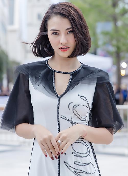 Hồng Quế thường xuyên xuất hiện trong show của Hà Duy với vai trò vedette. Lần này, cô phải nhờ bà ngoại trông con gái Cherry để yên tâm công tác.