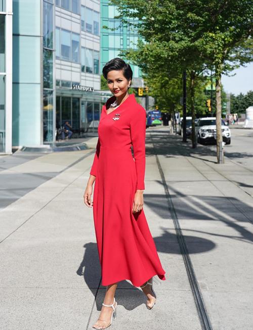 HHen Niê mặc chân đau vẫn cố đi giày cao gót để tham gia các hoạt động trong chuyến công tác tại Canada.