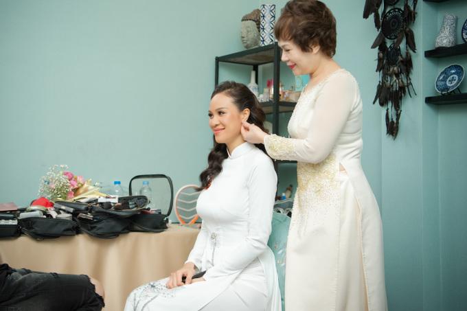 <p> Phương Mai và mẹ dậy từ sáng sớm để chuẩn bị. Mẹ nữ diễn viên - MC chỉnh sửa trang phục cho con gái trước thời khắc trọng đại.</p>