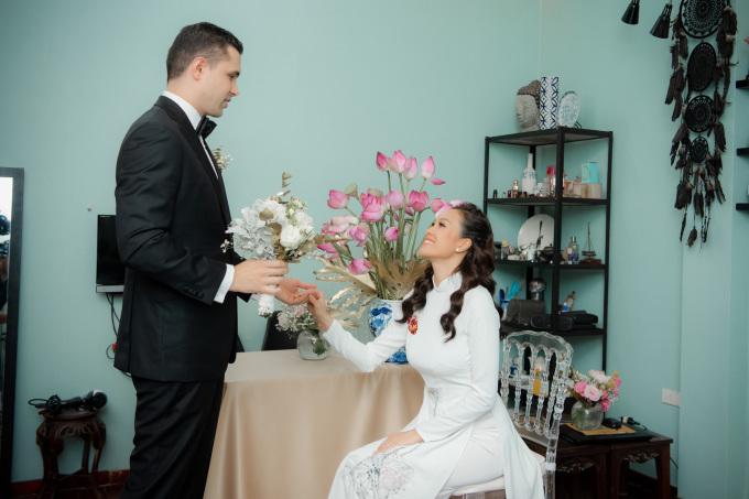 <p> Phương Mai xúc động khi chú rể lên phòng xin rước dâu.</p>