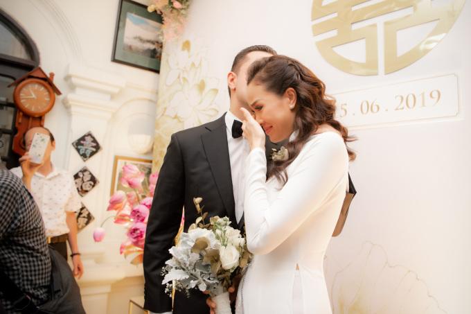 <p> Phương Mai đã rơi nước mắt trong thời khắc ý nghĩa. Mẹ của người đẹp cũng không kìm được xúc động nên khóc theo. Bà dặn dò con gái hãy tin tưởng vào quyết định của mình, sống thật hạnh phúc với chồng.</p>