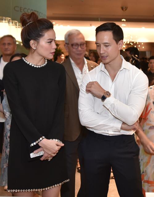 Trong sự kiện, Hà Hồ và Kim Lý luôn tình tứ sánh đôi, không rời nhau nửa bước. Cả hai gặp gỡ các đối tác, trò chuyện cùng nhau.