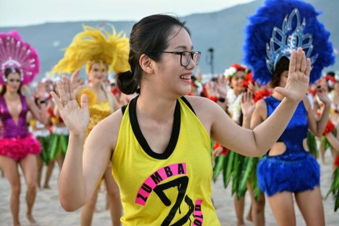 <p> Nhiều người dân cũng sẵn sàng hòa nhịp cùng các bạn trẻ, vũ công</p>
