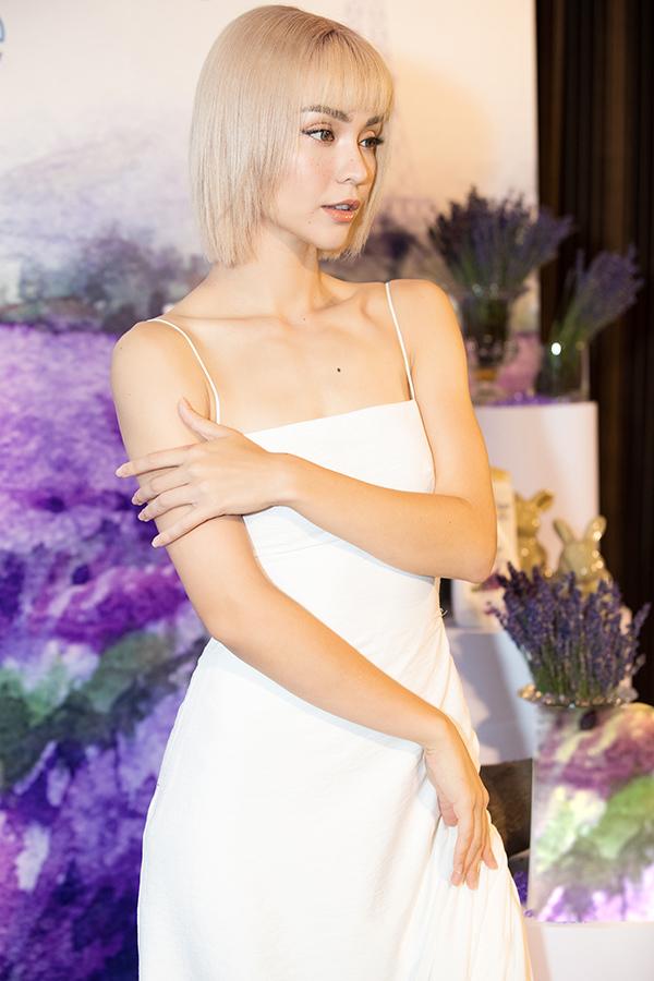 """<p> Sinh ra và lớn lên ở Pháp, """"bông hồng lai"""" luôn toát lên phong thái thanh lịch nhưng vẫn đầy nét quyến rũ.</p>"""