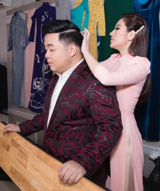 """<p> Trong hậu trường, Quang Lê không ngần ngại dành cho nhau những cử chỉ chăm sóc như người yêu. Nữ ca sĩ cũng không ngại chỉnh sửa từng chút về trang phục cho đàn anh. Nhiều fan khen độ đẹp đôi và """"đẩy thuyền"""" họ đến với nhau.</p>"""