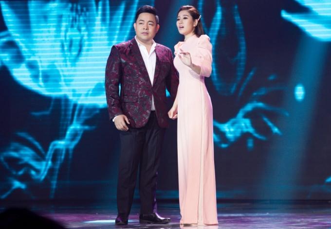 """<p> Sáng tác của nhạc sĩ Phạm Hồng Biển nói về cặp đôi yêu nhau và tính chuyện """"cau trầu"""". Trên sân khấu, cả hai không ngần ngại thể hiện nhiều cử chỉ tình tứ.</p>"""