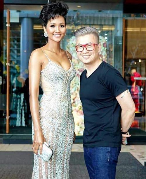 HHen Niê đang có chuyến công tác tại Canada. Để chuẩn bị cho một sự kiện trong dịp này, Hoa hậu được ê kíp đầu tư với bộ váy do Đỗ Long thiết kế riêng, đi kèm là bộ phụ kiện của Jimmy Choo.