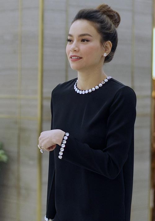 Không ăn vận, trang điểm cầu kỳ, Hà Hồ vẫn nổi bật. Thời gian gần đây, cô bận rộn chạy show event, kinh doanh mỹ phẩm.