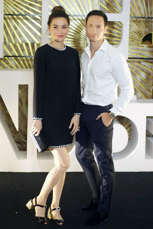Tối 14/6, Hà Hồ và bạn trai Kim Lý bay ra Hà Nội tham dự sự kiện. Cả hai chọn phong cách thanh lịch với sắc đen - trắng tông xuyệt tông.