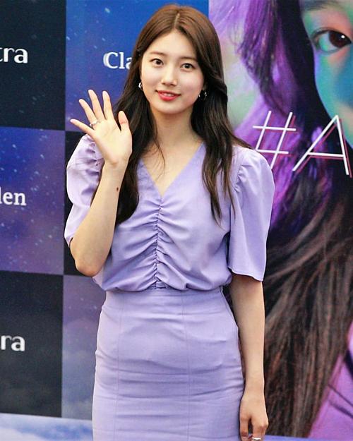 Xuất hiện trong sự kiện tổ chức ngày 13/6 vừa qua, Suzy gây chú ý các fan khi diện set đồ tím nền nã. Nữ diễn viên cũng trung thành với lối trang điểm nhẹ nhàng tự nhiên và nhận được lời khen từ công chúng.