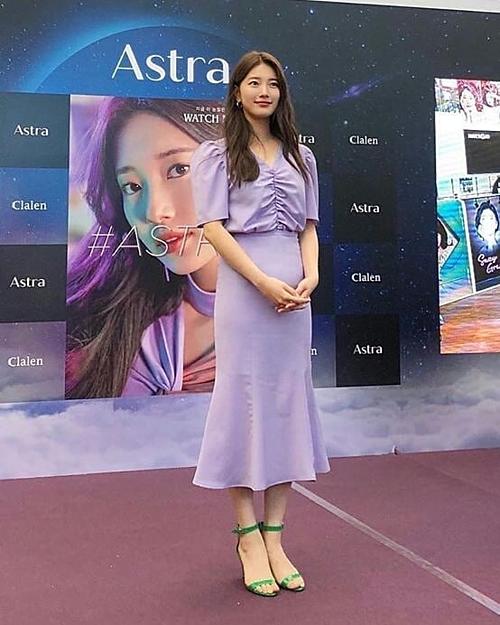 Tuy vậy, phong cách mix-match của Suzy lần này chưa thể chinh phục hoàn toàn netizen. Cô nàng chọn cho mình chiếc áo rút dây, chân váy đuôi cá tông xuyệt tông màu tím pastel, nhưng lại kết hợp với đôi sandals xanh lá tương đối