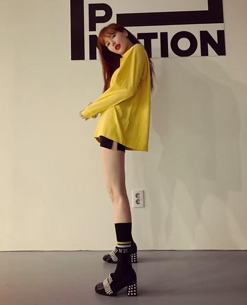 Hyuna khoe chân thẳng tắp với quần siêu ngắn.