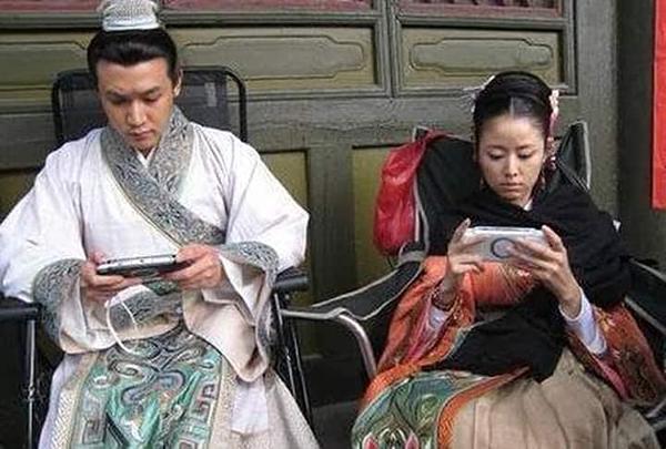 Lâm Tâm Như và Lục Nghị còn tranh thủ cày game trên phim trường Tô Đông Pha (2008).
