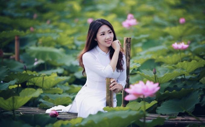 <p> Áo dài trắng luôn chiếm được cảm tình khi xuất hiện giữa hồ sen xanh mướt.</p>