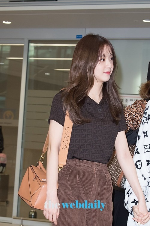 Rosé xinh đẹp như công chúa Disney, Tzuyu bị chụp ảnh dìm ở sân bay - 4