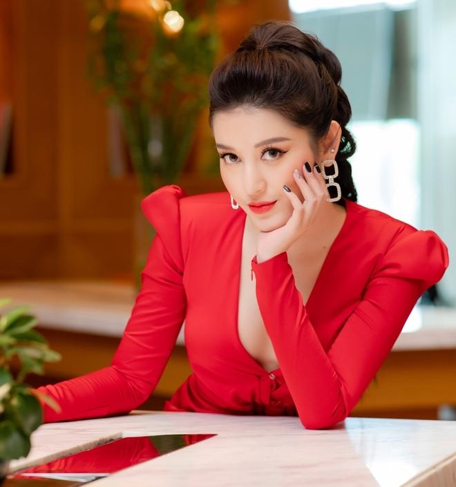 <p> Huyền My chọn phong cách trang điểm sắc sảo. Cô khéo léo sử dụng phụ kiện hoa tai to bản để hoàn thiện vẻ ngoài cuốn hút.</p>