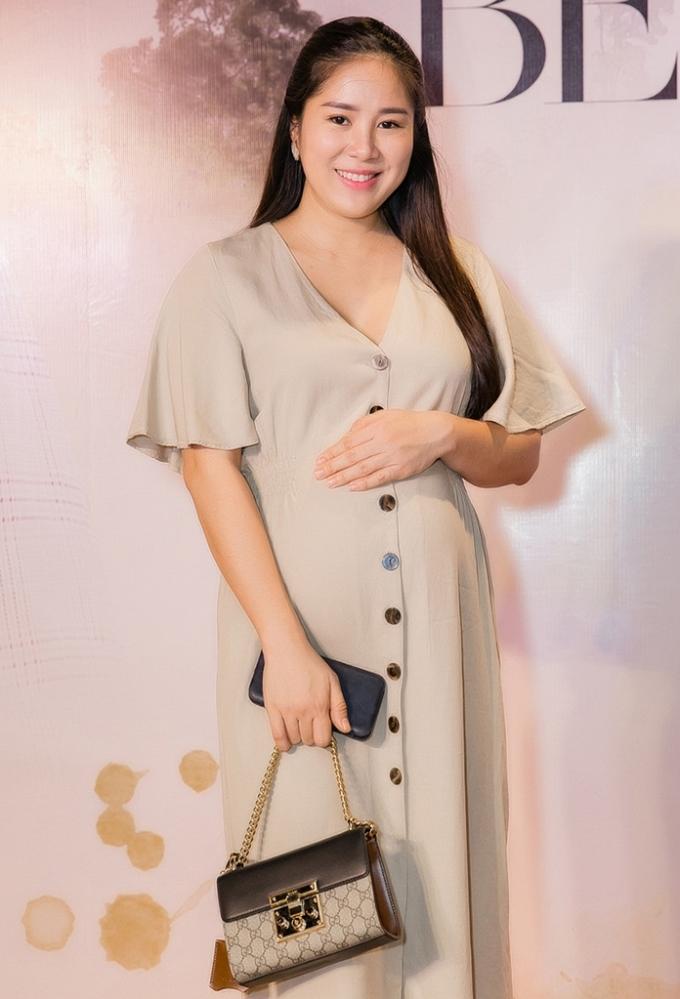 <p> Diễn viên Lê Phương vác bụng bầu đến chúc mừng Nam Cường.</p>