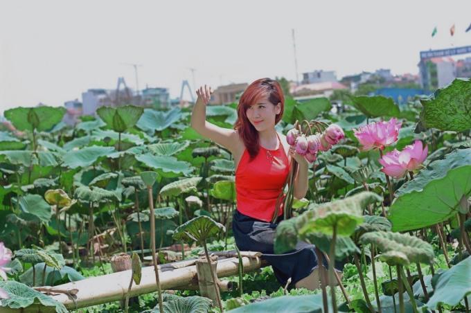 """<p> Chị Lê Hoa (29 tuổi) chia sẻ: """"Năm nào vào mùa sen nở rộ nhất tôi cũng tới đầm để làm một bộ ảnh. Vẻ đẹp thuần khiết của loài hoa này là điều luôn hấp dẫn tôi"""".</p>"""