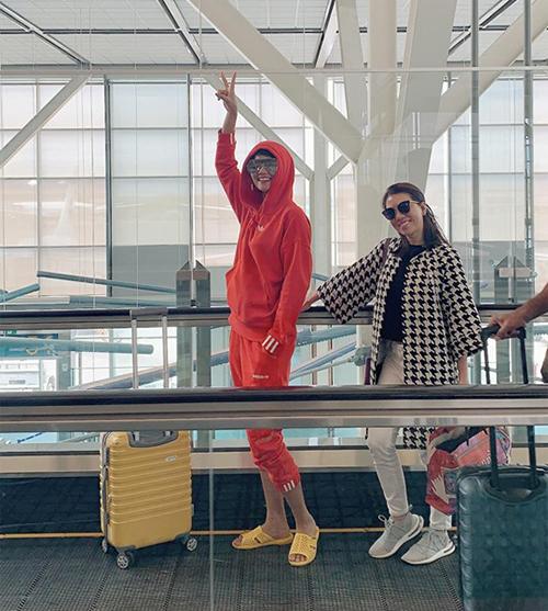 Trước đó, người đẹp từng gây tranh cãi vì mang dép tổ ong ra sân bay.