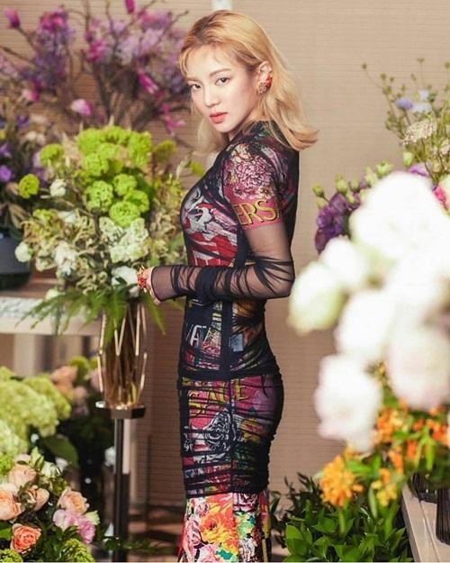 Hyo Yeon diện váy Versace ôm sát khoe đường cong.