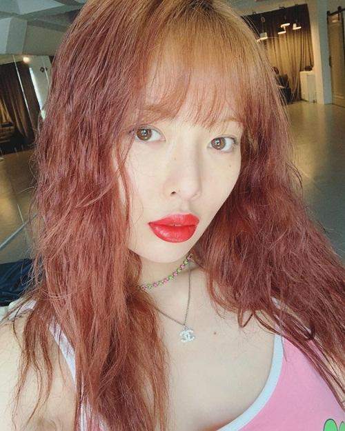 Hyuna tô son dày khiến môi như bị sưng tấy kỳ quặc.