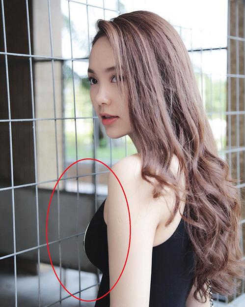 Người đẹp còn bị nghi kéo căng vòng một nên lưới sắt cũng biến dáng.