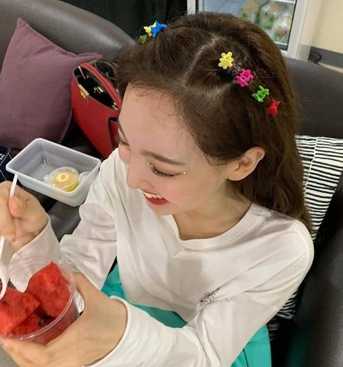 Na Yeon bị chụp lén biểu cảm đầy hí hửng khi được ăn.