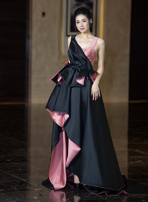 Chủ nhật vừa qua, Á Hậu Tú Anh tiếp tục trở thành tâm điểm của sự chú ý khi xuất hiện tại một sự kiện về làm đẹp tại Hà Nội.