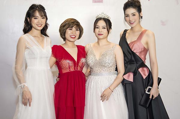 Người đẹp chụp hình bên các khách mời tham gia sự kiện.