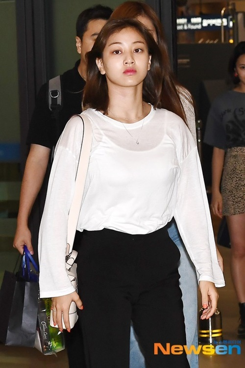 Rosé xinh đẹp như công chúa Disney, Tzuyu bị chụp ảnh dìm ở sân bay - 8