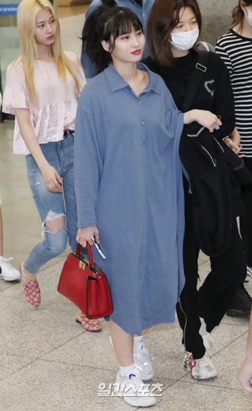 Rosé xinh đẹp như công chúa Disney, Tzuyu bị chụp ảnh dìm ở sân bay - 9